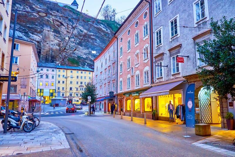 La vacía calle Griesgasse en Salzburgo, Austria imágenes de archivo libres de regalías