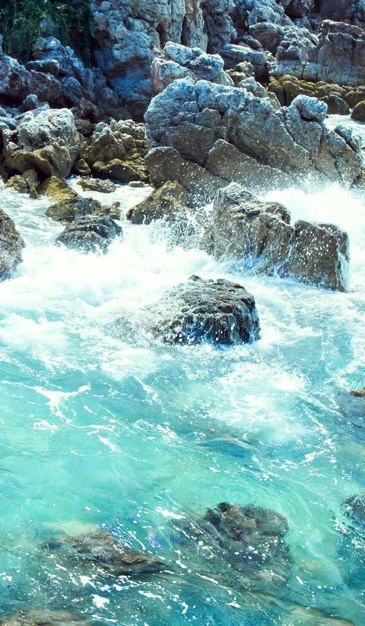 La vague déferlante sur des pierres s'approchent de l'île image libre de droits