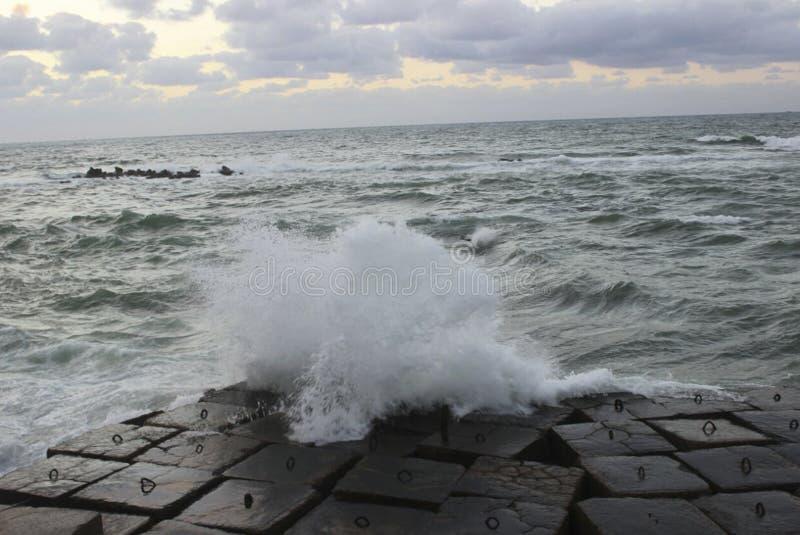 La vague se heurte des roches de mer/écoulement de la vague de mer image stock