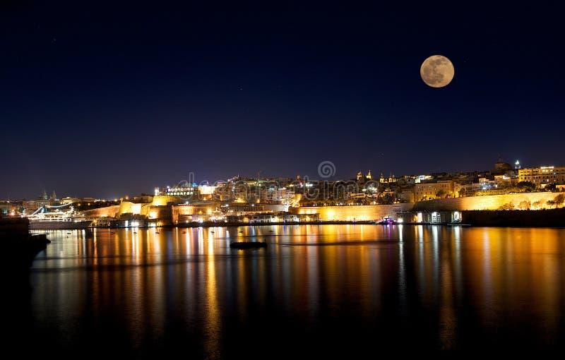 La Valeta hermoso en la noche con la Luna Llena en fondo oscuro azul del cielo con las estrellas imagen de archivo libre de regalías