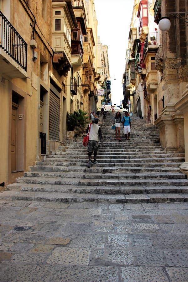La Valeta, Malta, agosto de 2015 Turistas en una de las calles medievales foto de archivo