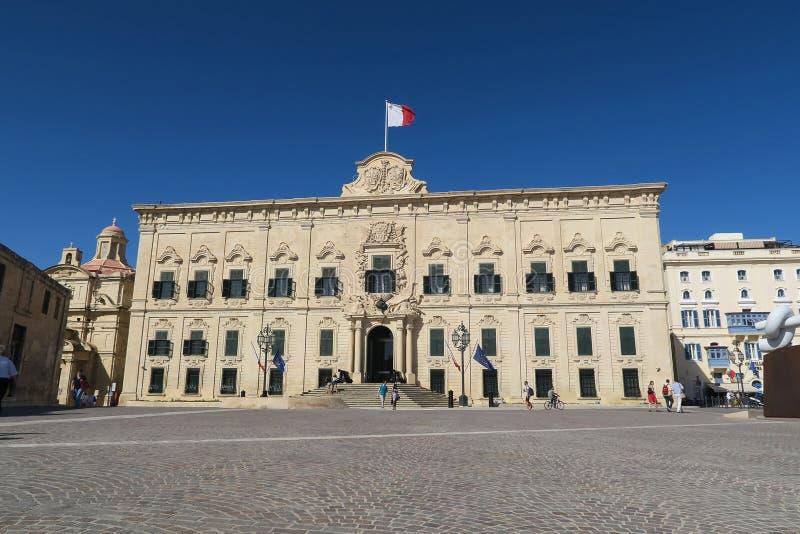 La Valeta, Malta - 2 de agosto de 2016: Fachada con la bandera de Malta de Auberge de Castille imagen de archivo libre de regalías