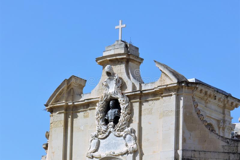 La Valeta, Malta, julio de 2016 Busto de papa Innocent 12 en la fachada de la iglesia de nuestra señora de la victoria fotografía de archivo