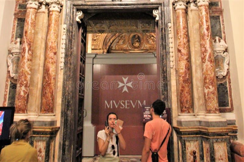 La Valeta, Malta, julio de 2016 Turistas en la catedral católica principal de la capital fotografía de archivo libre de regalías