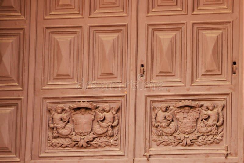 La Valette, Malte, juillet 2014 L'antiquité a découpé la porte antique à l'entrée à la cathédrale catholique photographie stock