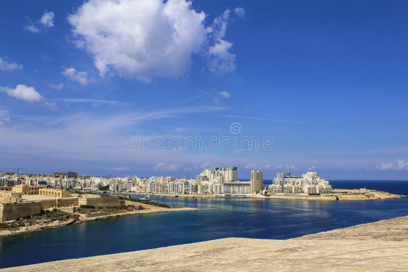 LA VALETTE, MALTE SEPTEMBAR 26, 2017 - fort Manoel comme vu des bâtiments de jardins et de Gzira de Hastings images libres de droits