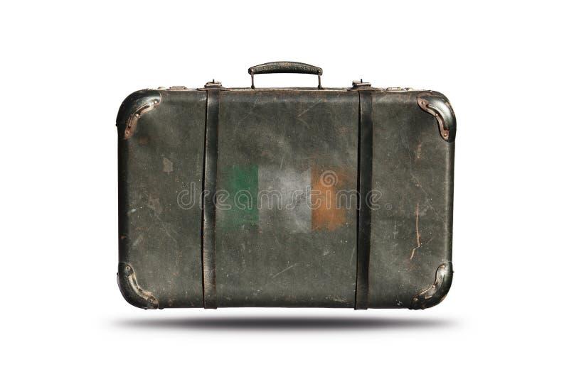 La valigia di cuoio d'annata di viaggio con la bandiera dell'Irlanda ha isolato immagini stock libere da diritti