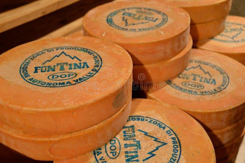 La vallée d'Aoste Fontina, fromage d'Italien de marque déposée Stockage vieillissant de caverne traditionnelle photos libres de droits