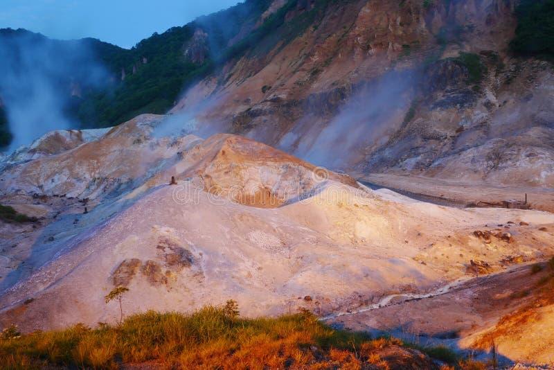 La vallée d'enfer de Jigokudani dans Noboribetsu, source thermale célèbre du Hokkaido onsen la station de vacances la nuit, Japon photos libres de droits