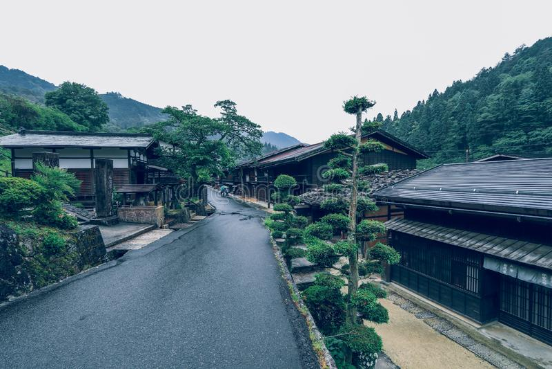 La vallée de Kiso est la vieille ville ou les maisons en bois traditionnelles japonaises pour les voyageurs marchant à la vieille photos libres de droits
