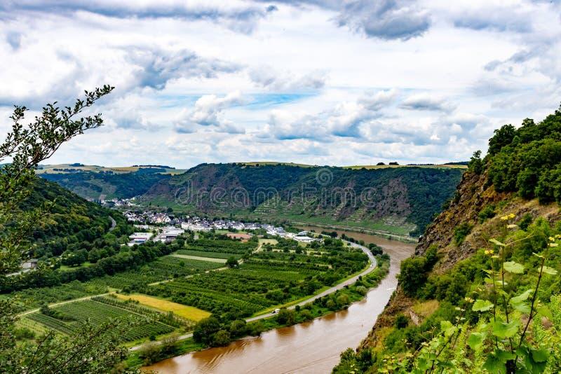 La vallée de la Moselle à partir du dessus du pont en vallée de la Moselle chez Winninge photos libres de droits