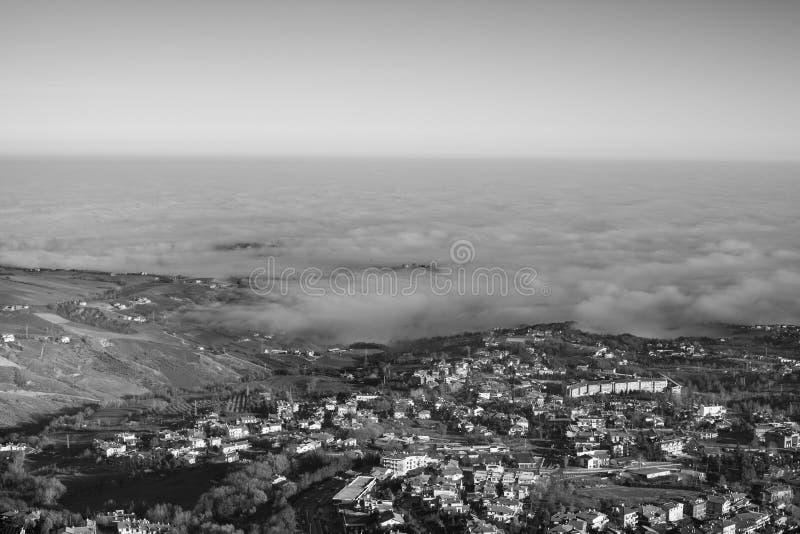 La vallée et la ville dans la brume photographie stock