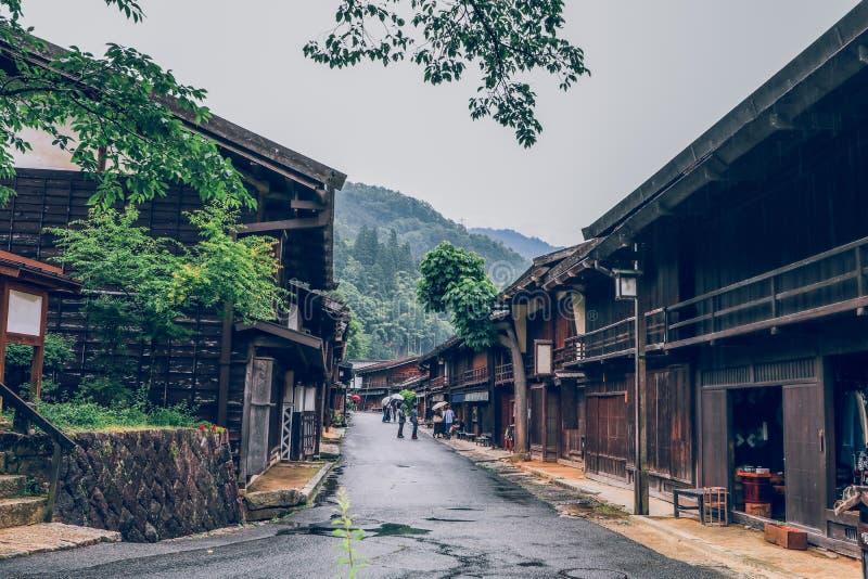 La vall?e de Kiso est la vieille ville ou les maisons en bois traditionnelles japonaises pour les voyageurs marchant ? la vieille images libres de droits