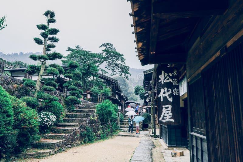 La vall?e de Kiso est la vieille ville ou les maisons en bois traditionnelles japonaises pour les voyageurs marchant ? la vieille photo libre de droits