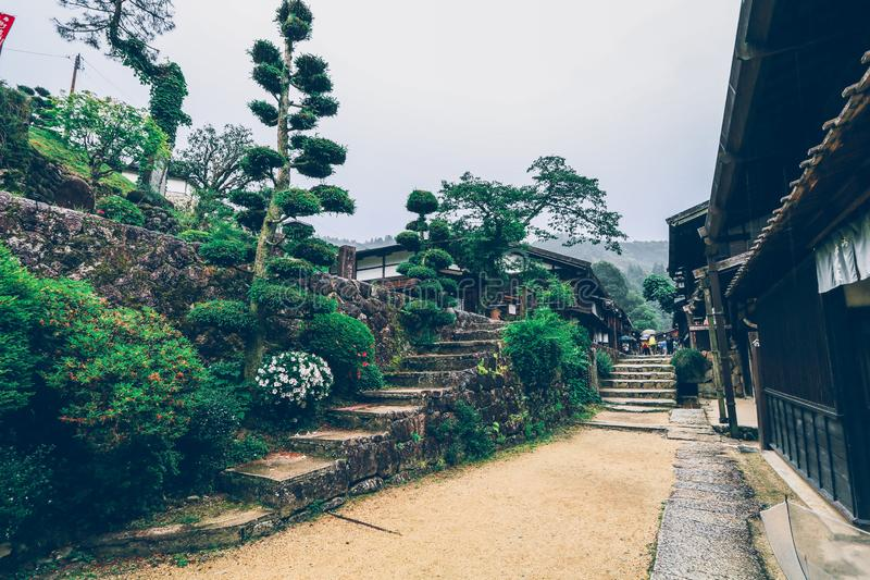 La valle di Kiso è la vecchia città o le case di legno tradizionali giapponesi per i viaggiatori che camminano alla vecchia via s fotografia stock