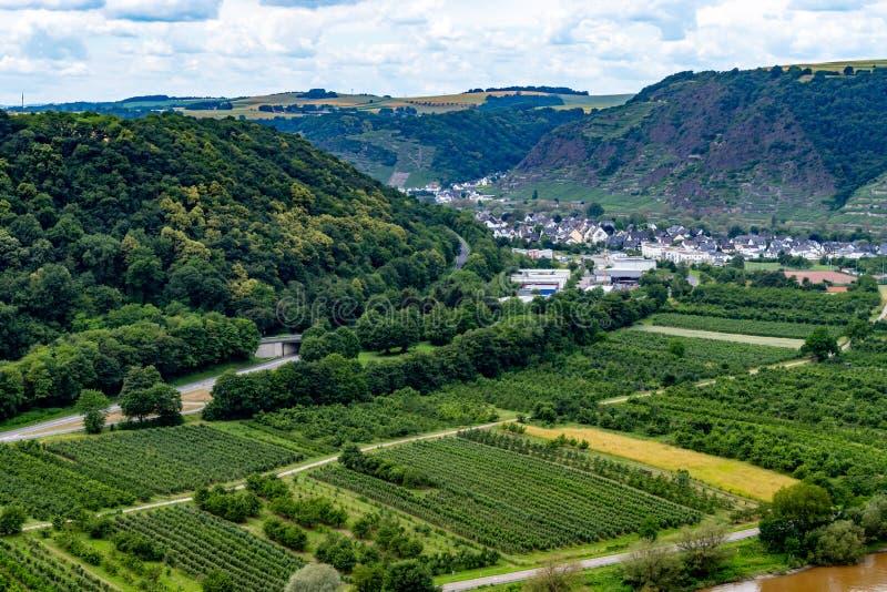 La valle di Mosella dalla cima del ponte della valle di Mosella a Winninge immagine stock