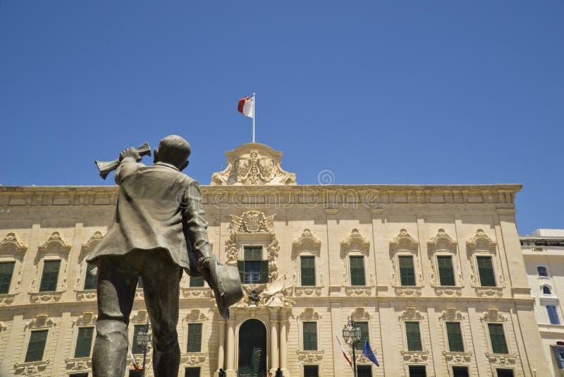 La Valletta de Malta, quadrado do Castile, Auberge da estátua do Castile e do George B Oliver imagem de stock