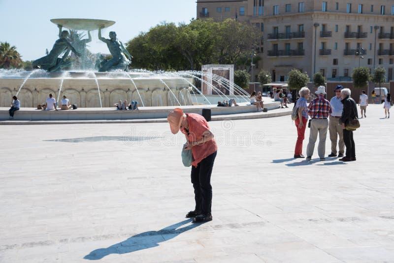 LA VALLETTA 2 GIUGNO 2019: Una donna anziana separata dal suo gruppo fotografia stock