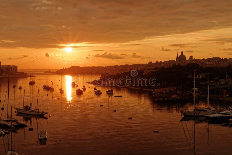 La Valletta, Malta ad alba veduta dal porto di Sliema fotografia stock