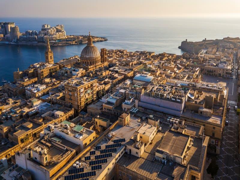 La Valletta, Malta - la nostra signora della cattedrale della chiesa del monte Carmelo e del ` s di StPaul da sopra con Sliema a  immagine stock