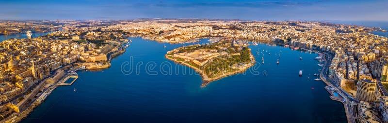 La Valletta, Malta - vista panoramica aerea dell'orizzonte di La Valletta, Sliema, Manoel Island, Gzira, ` Xbiex di tum immagine stock libera da diritti