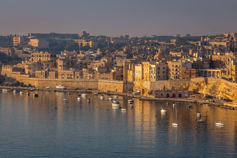 La Valletta Panorama del centro città e delle imbarcazioni da pesca immagini stock libere da diritti