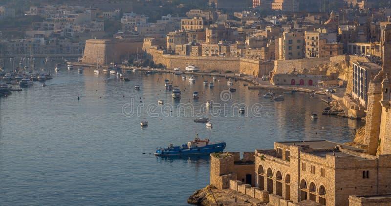 La Valletta Panorama del centro città e delle imbarcazioni da pesca fotografia stock