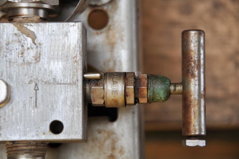 La valve manuelle dans le processus de fabrication de pétrole et de gaz, ouvrent et clôturent la fonction par le travailleur ou l image stock