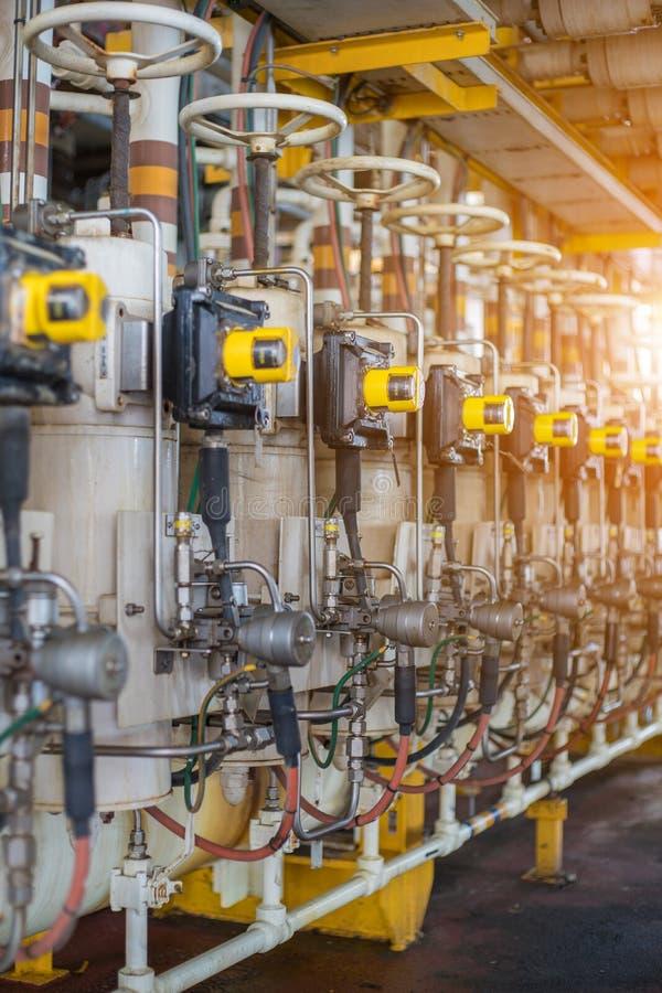 La valvola del ramo di produzione con il gas di controllo del posizionatore di risposte e l'olio che scorre questo automatico fun fotografie stock libere da diritti