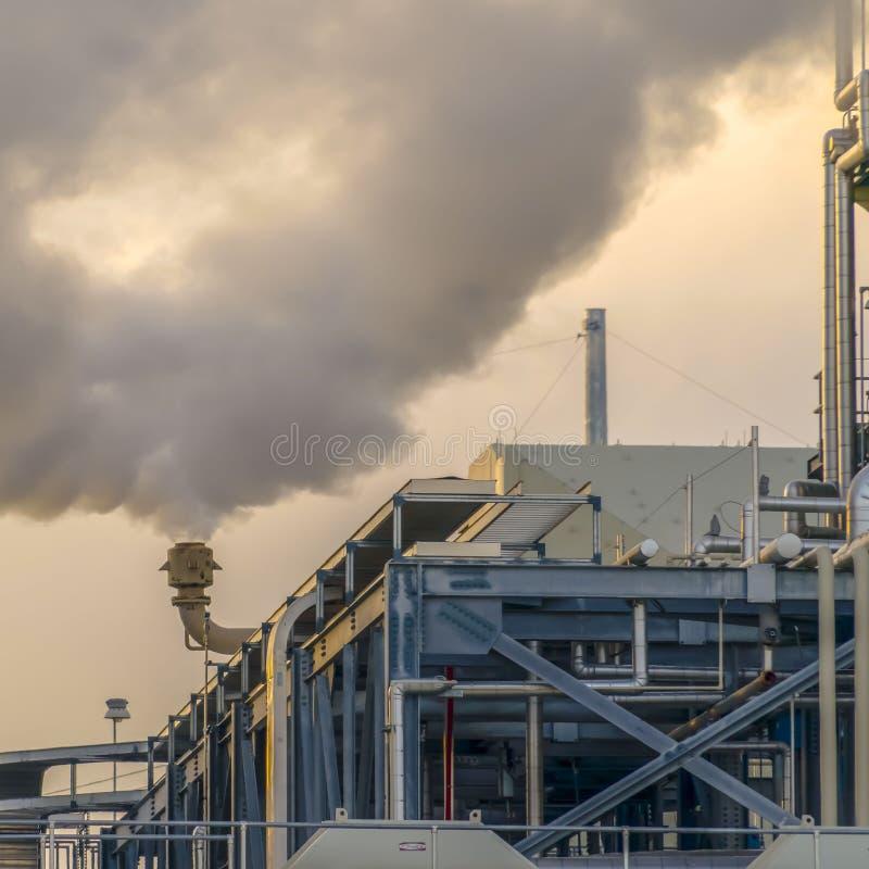 La vapeur épaisse de place claire a émis de la cheminée d'une centrale en vallée de l'Utah photo libre de droits