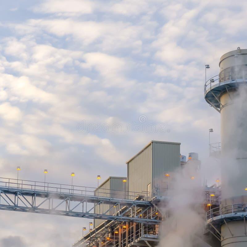 La vapeur carrée claire a émis d'une centrale en vallée de l'Utah contre le ciel bleu nuageux photo stock