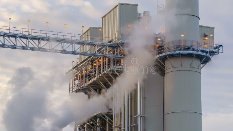 La vapeur de panorama a émis d'une centrale en vallée de l'Utah contre le ciel bleu nuageux images libres de droits