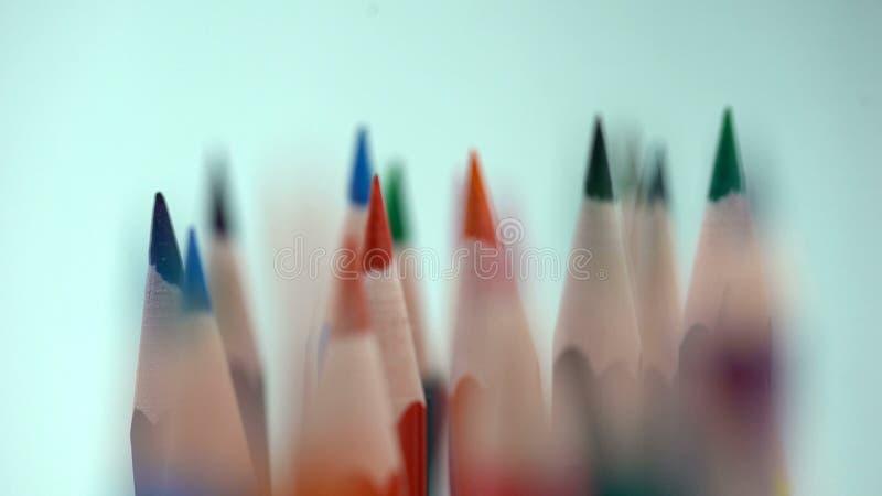 La variété de couleur affilée crayonne la macro vue, collection de papeterie, choix photographie stock libre de droits