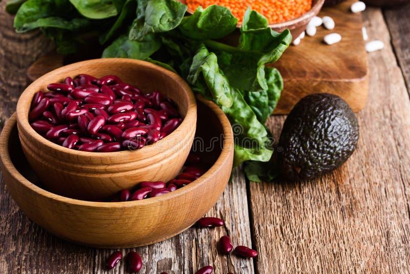 La variété de haricots et de légumineuses, usine saine a basé la nourriture de vegan image stock