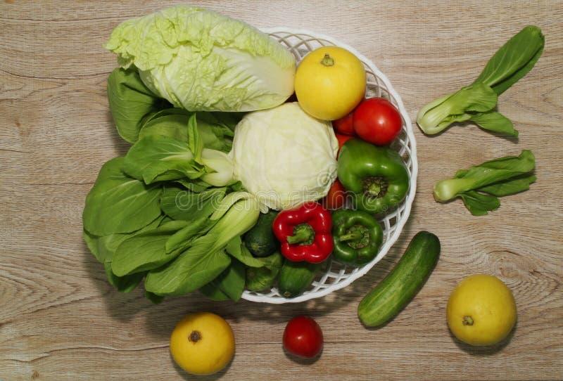 La variété de légumes sur un fond de conseil en bois et un beau sapin, a illustré photographie stock libre de droits