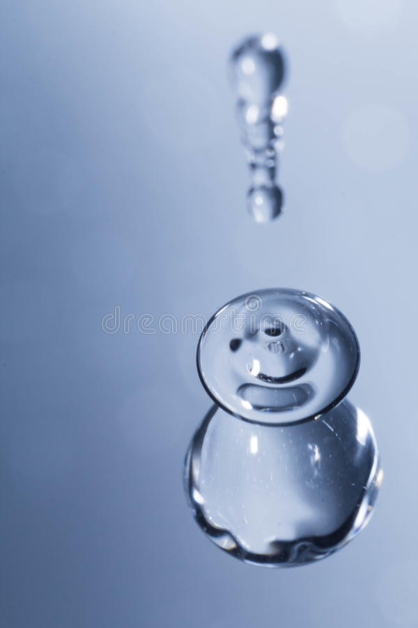 La variété de l'eau chute sur un fond bleu photo libre de droits