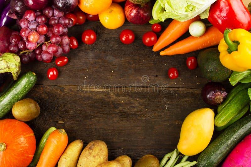 La varia verdura fresca e la frutta hanno messo sopra il fondo di legno scuro fotografia stock libera da diritti
