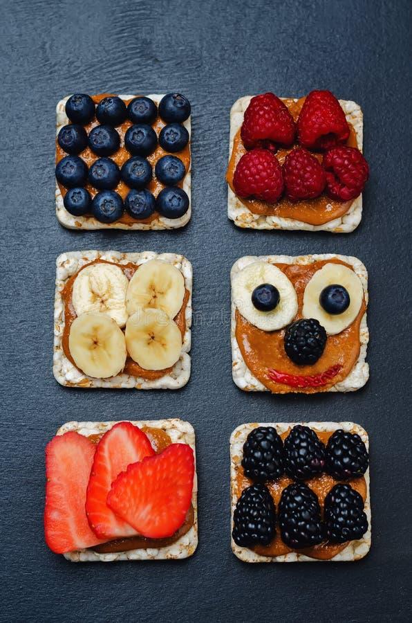 La variación de los panes de maíz sanos del desayuno de la mantequilla de cacahuete con sea imágenes de archivo libres de regalías