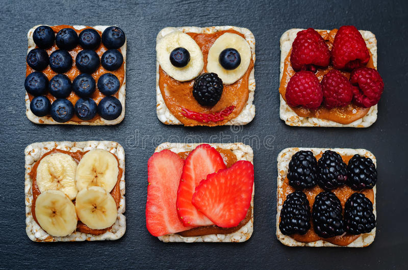 La variación de los panes de maíz sanos del desayuno de la mantequilla de cacahuete con sea foto de archivo libre de regalías
