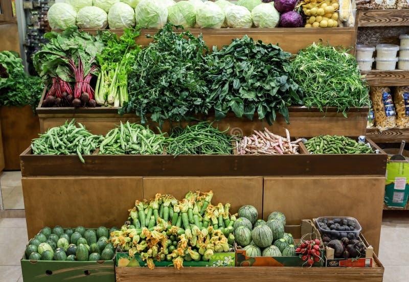 La variedad de col de las verduras frescas, verde deja el horta, espinaca, apio, habas verdes, calabacín, remolachas en el contad imagenes de archivo