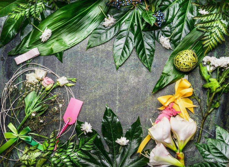La variedad de flores ligeras y de verde se va con el arreglo de la decoración para crear el ramo del saludo en el fondo rústico, imagen de archivo