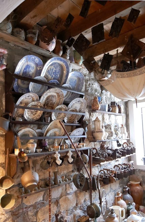 La variedad de viejos artículos del hogar en estantes recogió en iglesia como imagenes de archivo