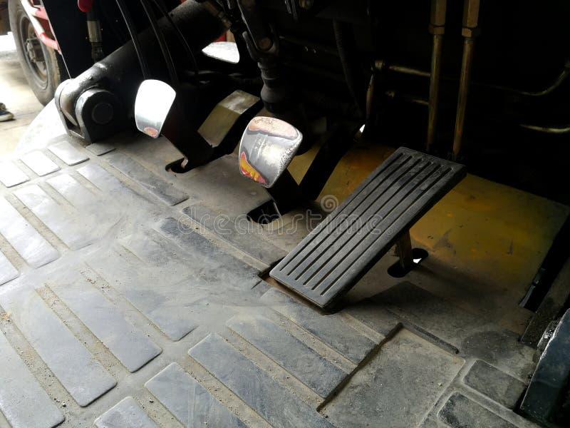 La vecchi rottura ed acceleratore del carrello elevatore a forcale dopo hanno usato un molto tempo immagine stock libera da diritti