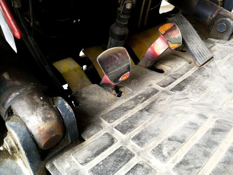 La vecchi rottura ed acceleratore del carrello elevatore a forcale dopo hanno usato un molto tempo fotografie stock
