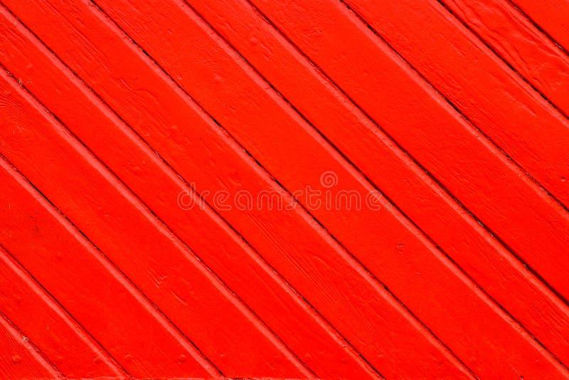 La vecchia arancia rossa grungy e stagionata ha dipinto la plancia di legno della parete in diagonale alla struttura come struttu immagini stock libere da diritti