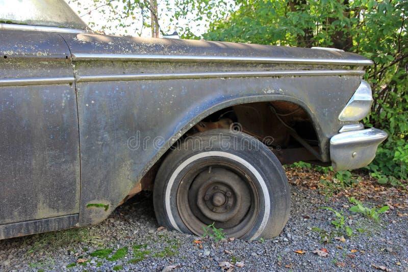 La vecchia automobile arrugginita fotografie stock