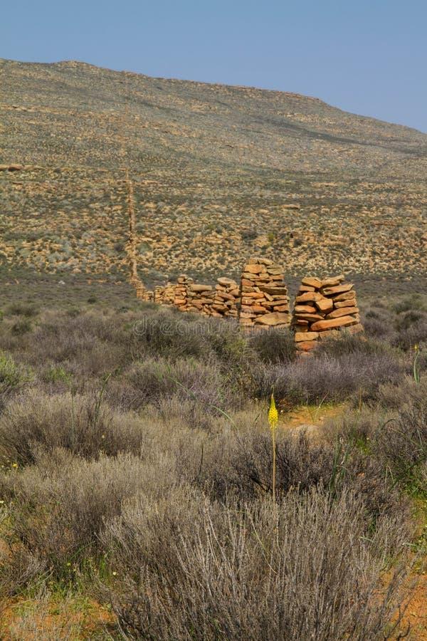 La vecchia azienda agricola di pietra recinta il karoo fotografia stock libera da diritti