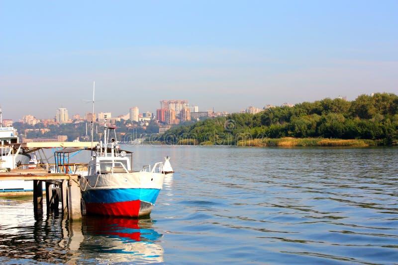 La vecchia barca da un pilastro fotografia stock libera da diritti