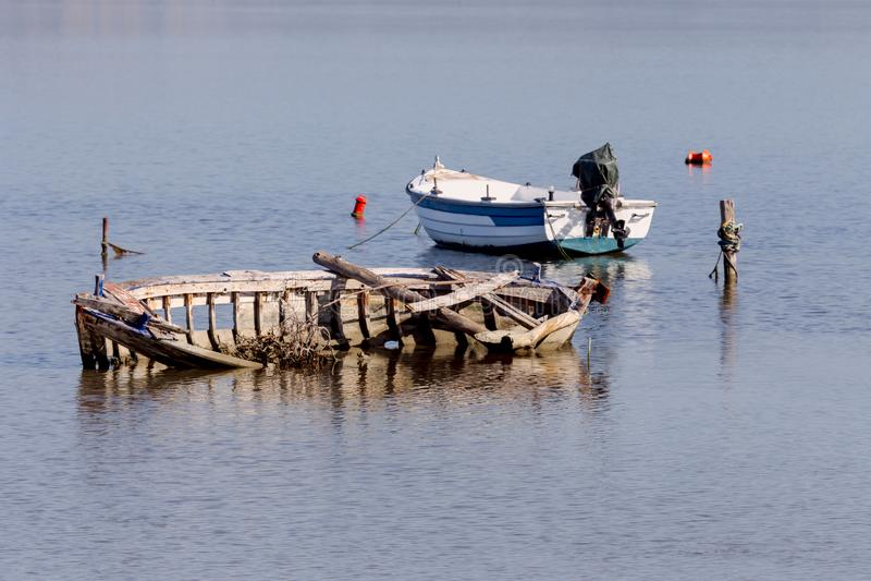 La vecchia barca tagliata fotografia stock