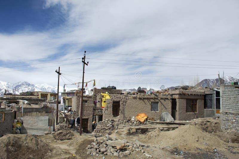 La vecchia capanna locale e gente indiana e tibetana della casa dell'argilla disegnano al villaggio di Leh Ladakh alla valle hima fotografia stock